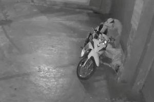 Nam thanh niên nhậu say ngủ trước cửa nhà, bị trộm mất xe và điện thoại