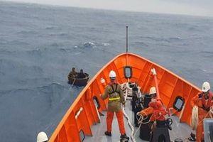 Cứu hộ thành công hai ngư dân bị chìm tàu cá