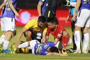Cực sốc với pha vào bóng khiến tuyển thủ Việt Nam phải cấp cứu