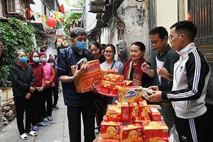 Câu Lạc bộ Thanh thiếu niên Phật tử chùa Quán Sứ tặng quà đến bệnh nhân thận
