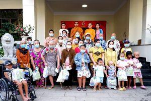Ban Từ thiện xã hội báo Giác Ngộ trao quà đến bệnh nhân ung bướu