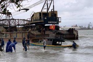 Quảng Ngãi: Sà lan trôi dạt khiến 8 tàu thuyền bị hư hỏng