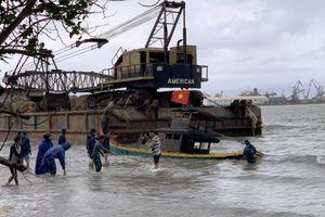 Sà lan trôi dạt làm 8 tàu cá đang neo đậu hư hỏng