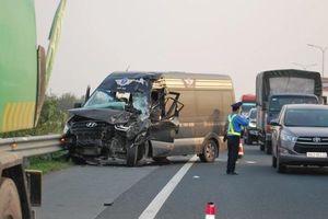Tin giao thông đến sáng 24/3: Bé gái 6 tuổi bị container cán tử vong; húc đuôi xe tưới cây, tài xế xe 16 chỗ nguy kịch