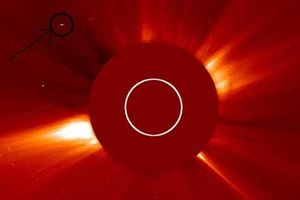 Phát hiện UFO siêu khổng lồ gần Mặt Trời?