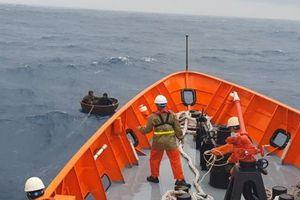Cứu nạn kịp thời 2 thuyền viên bị chìm tàu, trôi dạt trên biển