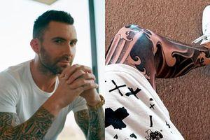 Adam Levine mất 3 ngày để xăm hình kín chân trái