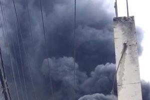 Bãi phế liệu ở huyện Bình Chánh bốc cháy dữ dội giữa trưa