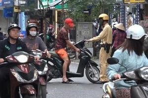 'Mạnh tay' xử lý người đi xe máy không đội mũ bảo hiểm ở phố cổ Hà Nội