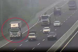 Bất chấp sương mù dày đặc, tài xế xe tải vẫn liều lĩnh đi lùi trên cao tốc Hà Nội - Hải Phòng