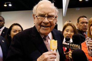 Điều hành đế chế đầu tư 40 năm, Warren Buffett nhận lương bao nhiêu?