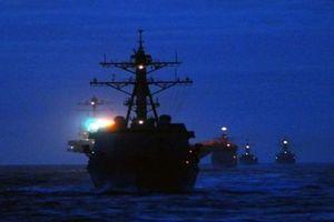Hàng loạt UAV lượn quanh tàu chiến Mỹ, chưa xác định được lực lượng đứng sau