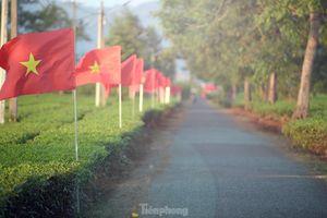 Cung đường Tiền Phong Marathon rợp cờ đỏ sao vàng và thanh âm cồng chiêng đại ngàn