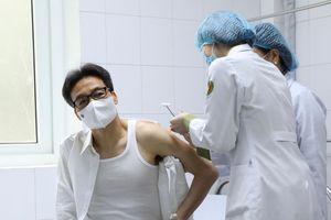 Phó Thủ tướng Vũ Đức Đam tiêm thử nghiệm vắc xin 'made in Vietnam'