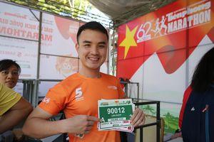 Runner nhận BIB, sẵn sàng tranh tài tại Tiền Phong Marathon