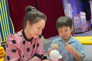 Sau khi thắng kiện, Nhật Kim Anh đưa con đi chơi, hành động của bé Tin khiến ai cũng xúc động