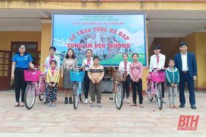 Trao 7 chiếc xe đạp và quà cho học sinh khó khăn