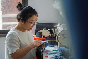Nữ kỹ sư nghỉ việc, mở xưởng tái chế quần jeans bán cho khách Tây