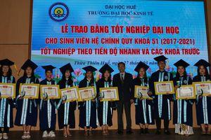 Trường Đại học Kinh tế Huế trao bằng thạc sĩ, cử nhân cho gần 700 học viên
