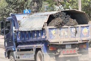 Cận cảnh xe tải chở bùn 'bẫy' người dân