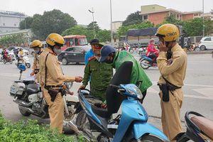 Cảnh sát hóa trang kiểm soát, lái xe Grab chạy toán loạn