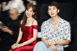 Vắng Trấn Thành, Hari Won ăn diện gợi cảm, được Tuấn Trần chăm sóc từng tí một