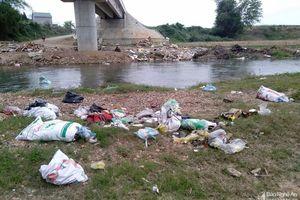 Nghệ An: Rác thải ngập chân cầu Dinh