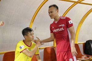 Trọng Hoàng, Ngọc Hải động viên Phan Văn Đức sau trận thắng SLNA trên sân Vinh