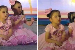 Cô bé đang múa thì ngồi phịch xuống sân khấu để ngủ, bạn đánh thức thế nào cũng không dậy