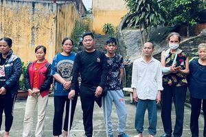 Bắt quả tang 5 phụ nữ thôn quê tụ tập 'xóc đĩa' cùng đàn ông