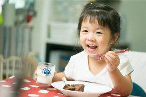 Cô gái Hà Lan mách mẹ lợi ích bất ngờ nhờ uống sữa tươi trong bữa sáng của bé