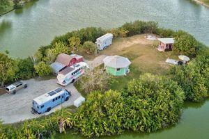 Chàng trai mua đảo riêng, dựng nhà để sinh sống