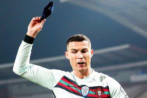 Bán đấu giá băng đội trưởng bị Ronaldo vứt xuống sân