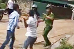 Ép xe cảnh sát hình sự rồi đánh, cướp súng và ví