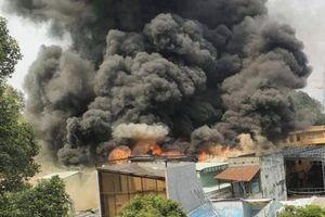 Cháy nhà dữ dội ở trung tâm TP HCM, sơ tán 1.400 học sinh