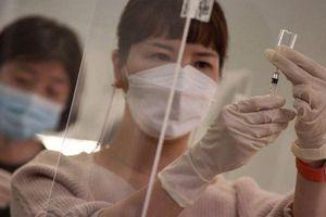 Hàn Quốc cho nghỉ phép vắc-xin, trùm mafia bị tóm khi đang trị Covid-19