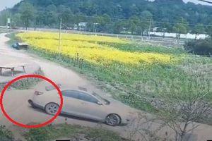 Lùi xe không quan sát, lái xe tông ngã cụ bà, kéo lê trên đất