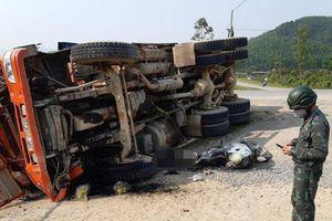 Video TNGT ngày 31/3: Xe tải lật khi vào cua, đè tử vong người đi xe máy