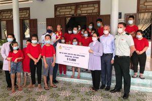 Tàu Hải quân Hoàng Gia Canada thăm, tặng quà, hỗ trợ làm đường hai Mái ấm ở Khánh Hòa