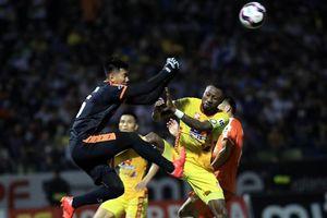 Thêm hai cầu thủ V-League nhận án phạt nặng vì hành vi bạo lực sân cỏ