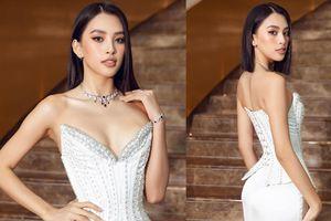 Hoa hậu Tiểu Vy mặc váy cúp ngực nóng bỏng, quyến rũ mê mẩn