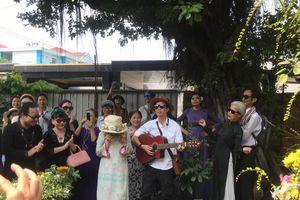 Clip: Khán giả quây quần bên mộ Trịnh Công Sơn, đồng thanh đàn hát nhiều ca khúc bất hủ