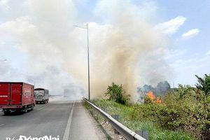 Cảnh báo mất an toàn giao thông do khói đốt đồng quanh đường cao tốc