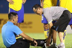 Trọng tài bị chuột rút ở giải U19 Quốc gia