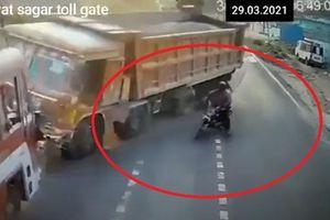 Xe máy sang đường ẩu khiến xe tải đâm vào ô tô khác