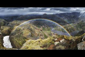 Hình ảnh cầu vồng vắt qua núi siêu ngoạn mục ở Iceland