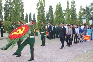 Lãnh đạo tỉnh Khánh Hòa đặt vòng hoa viếng Nghĩa trang liệt sĩ Hòn Dung