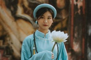 Lớp chuyên Văn chụp kỷ yếu với áo dài tấc truyền thống