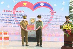 Tặng quà cho Công an sáu tỉnh bắc Lào