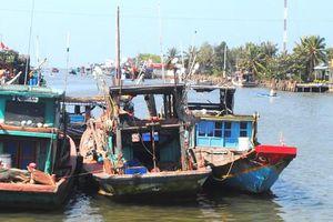Khắc phục tình trạng tàu cá mắc cạn ở cửa biển Khánh Hội